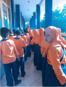 Berbaris di depan kelas