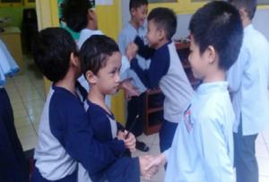 Kakak kelas menyapa adik kelas